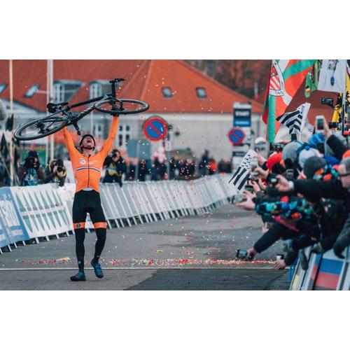 #153 Van der Poel zlomil dúhovú kliatbu, cestná sezóna sa rozbieha