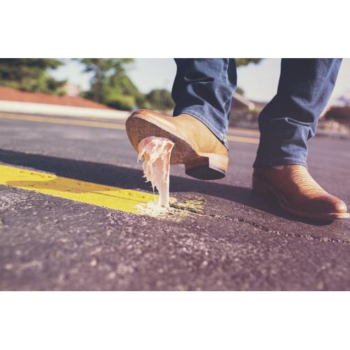 Žuvačky - plast, ktorý sa lepí na chodníky